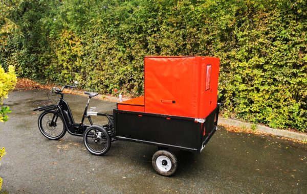 Fraischeztoi.fr delivers your fresh products in refrigerated isothermal container COLD & CO XL6 on a VUF bicycle trailer