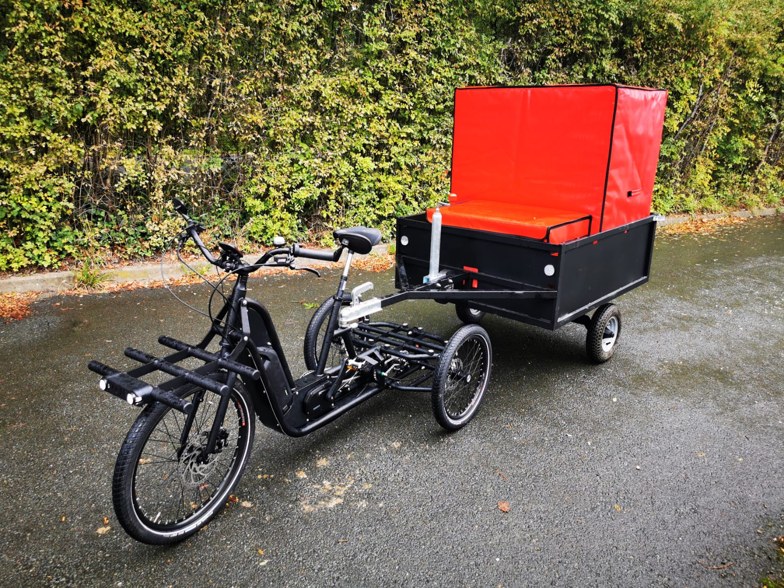 Refrigerated insulated container for bicycle trailer. Soft, ecofriendly and silent delivery of fresh products in the city centre.