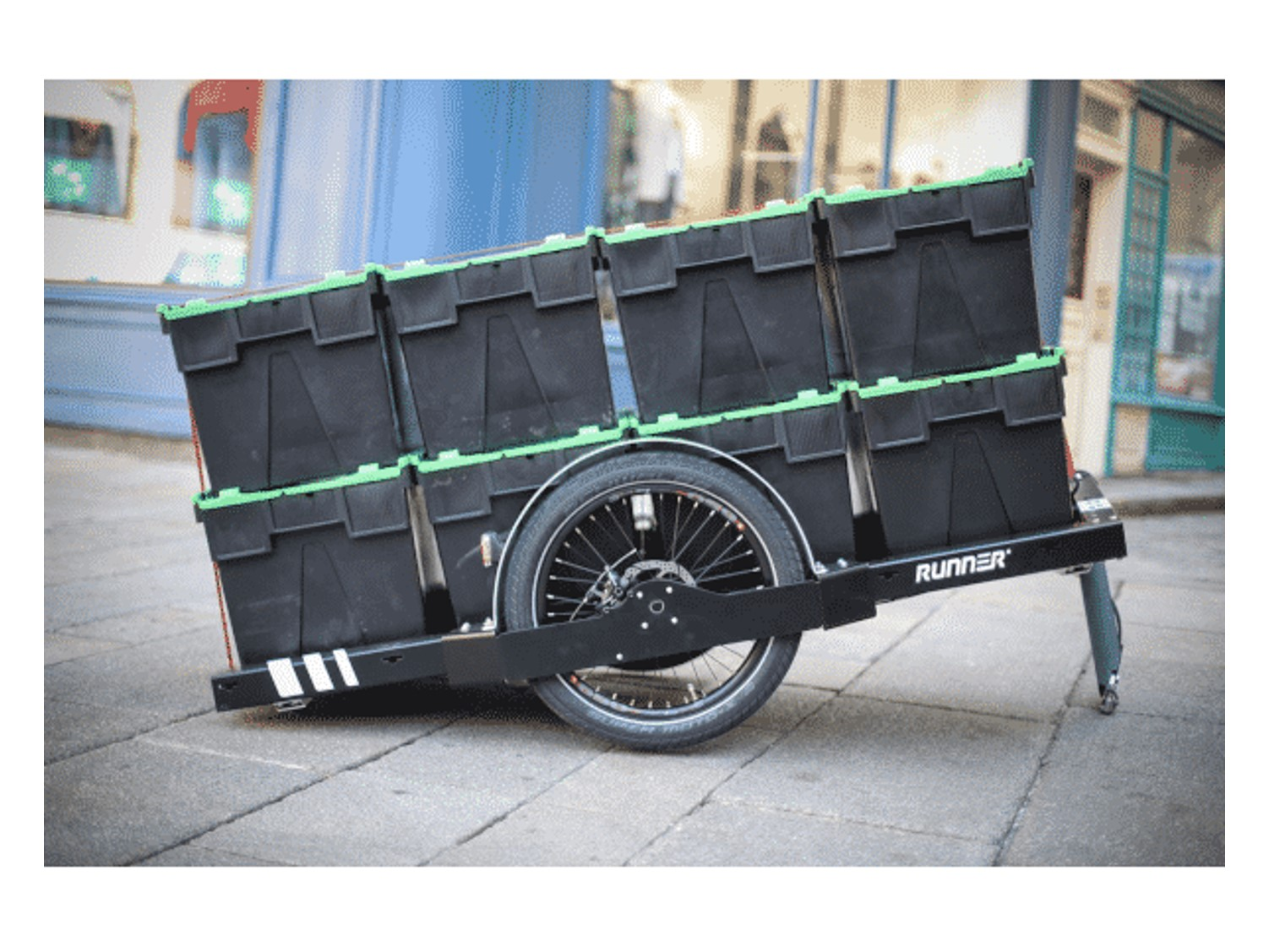 Flexomidal Runner bike trailer with 4 crocodile crates on the ground. Transform your plastic tray into an insulated box by adding a cotton insert from COLD & CO.